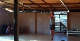 Enzo Ventimiglia improvvisa una sequenza di Odaka Yoga