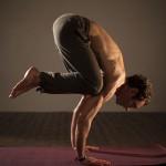 posizioni yoga corvo