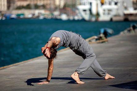 La posizione Yoga Kamatkarasana è conosciuta anche come Rockstar pose o Wild thing pose,
