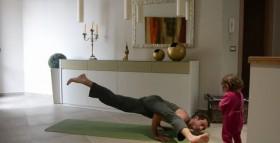 Praticare Yoga a casa può essere sempre fonte di piacevoli interruzioni